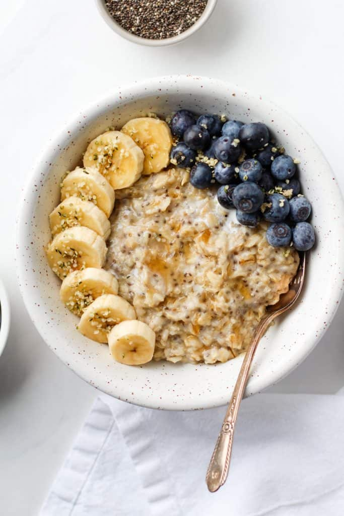This recipe for creamy breakfast oatmeal is quick and easy to make. Its vegan, gluten-free and rich in fibre. Customize it to your liking with all your favourite toppings!